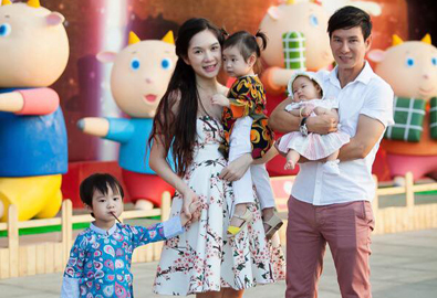 Vợ chồng Lý Hải đưa 3 con đi chơi Tết