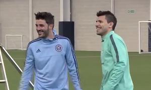 Aguero và David Villa đọ tài sút trúng xà ngang