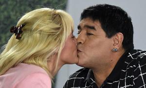 Maradona say đắm hôn bồ trẻ trên truyền hình