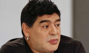 Maradona bị 'ném đá' vì tô son, đeo hoa tai nữ tính