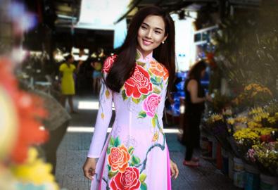 Người yêu Ưng Hoàng Phúc mặc áo dài dạo chợ