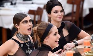 Chanel biến catwalk thành quán rượu kiểu Pháp