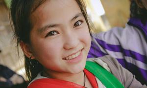 Bé gái người Mông xinh đẹp hút hồn cộng đồng