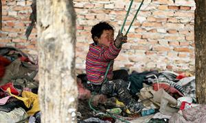 Gia cảnh xót xa của những đứa trẻ quanh năm sống ở bãi rác