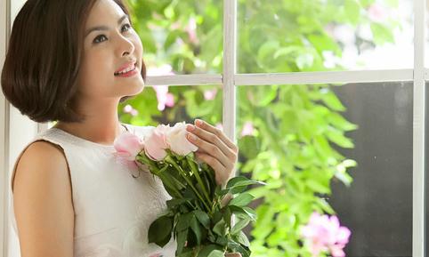 Vân Trang rạng rỡ bên hoa