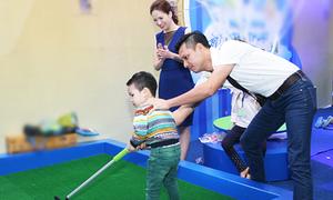 Vợ chồng Đan Lê đưa con trai đi chơi