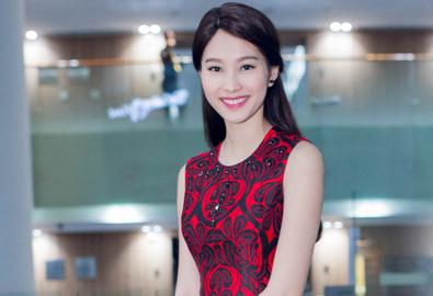 Hoa hậu Thu Thảo rạng rỡ đi xem phim