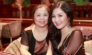 Mẹ Hương Tràm trẻ trung bên con gái