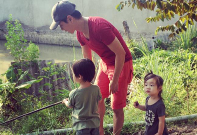 Vợ chồng Lý Hải đưa 3 con về thăm quê