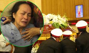 Mẹ và chị Duy Nhân ngất xỉu trong lễ hỏa táng