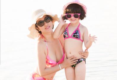 Thúy Nga và con gái diện bikini