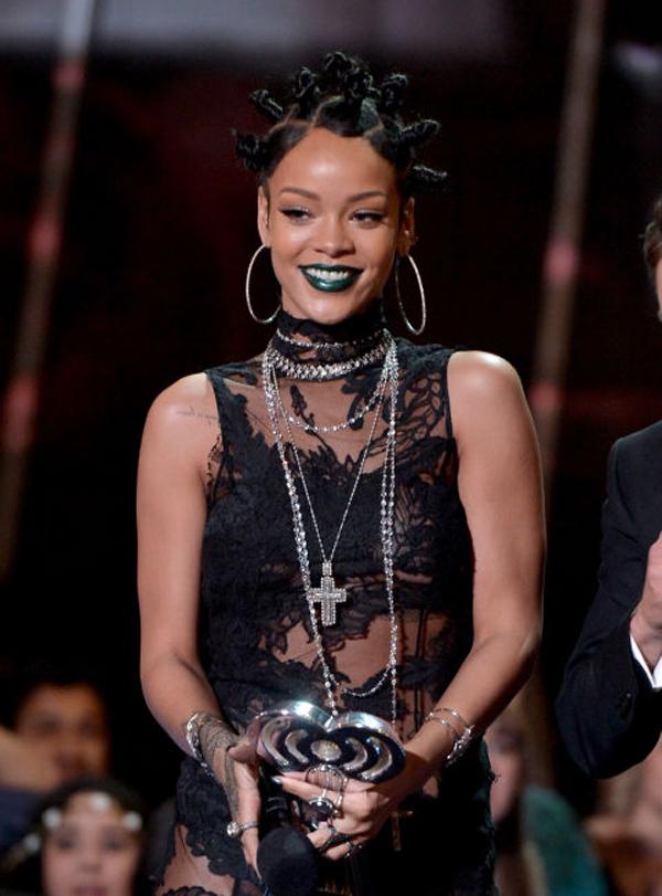 Gu làm đẹp 'quái mà chất' của Rihanna