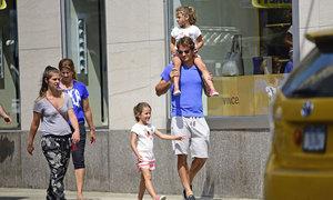 Federer công kênh con gái trên phố