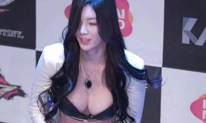 Người mẫu Hàn khổ vì bộ ngực đồ sộ