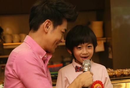 Con trai Lâm Chí Dĩnh cười bẽn lẽn khoe hàm răng sún