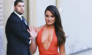 Người đẹp 'Glee' nóng bỏng thả dáng trên phố