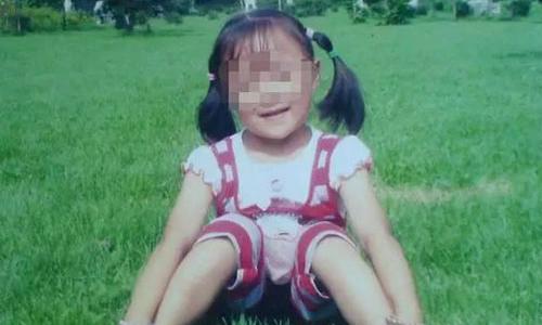 Bị trêu 'cho ra rìa', chị 8 tuổi ném em sơ sinh khỏi ban công