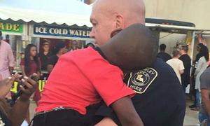 Cảnh sát an ủi bé trai lạc mẹ