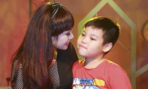 Con trai Ngọc Khuê đến sân khấu cổ vũ cho mẹ