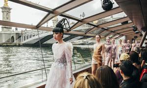 Show diễn độc đáo trên sông Seine của Jessica Minh Anh