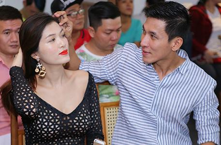 Bạn trai tình cảm chăm sóc Oanh Yến