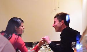 Selena Gomez tình tứ với trai lạ trong nhà hàng