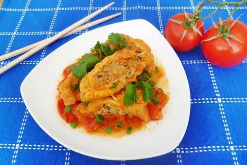 Đậu chiên mềm, thấm sốt cà chua ngọt cùng với nhân thịt băm thơm ngon cho bữa cơm gia đình bạn một món ăn ngon miệng.