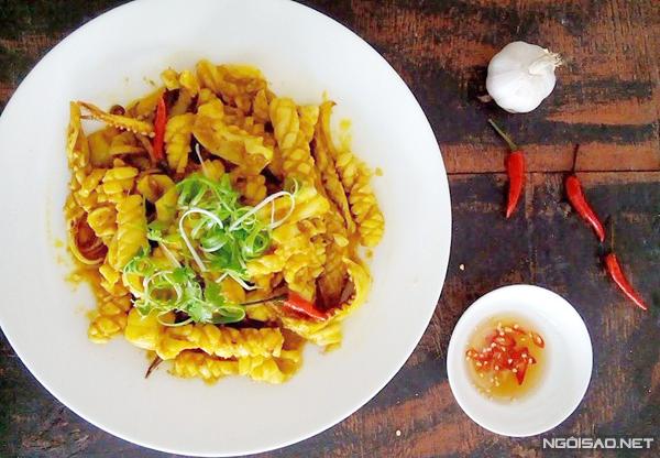 Miếng mực giòn, thấm gia vị thơm thơm cay cay của sả và ớt, dùng chung với cơm nóng rất ngon.