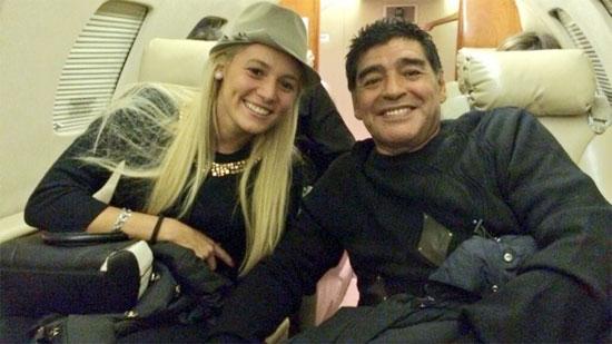 Maradona và cô vợ sắp cưới trẻ tuổi Rocio Oliva khiến giới truyền thông tốn giấy mực với cuộc tình ồn ào.