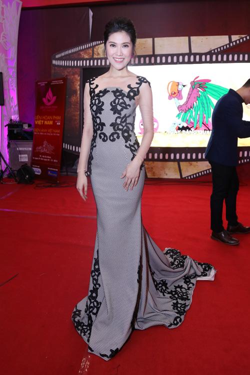 dan-sao-long-lay-tren-tham-do-lien-hoan-phim-11