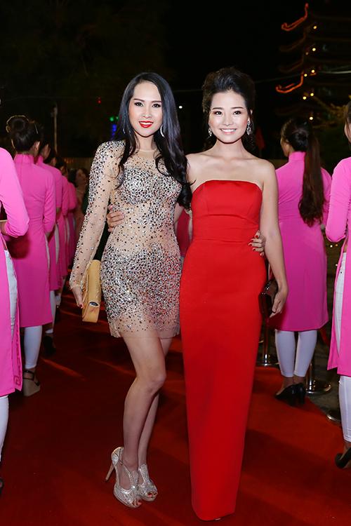 dan-sao-long-lay-tren-tham-do-lien-hoan-phim-2