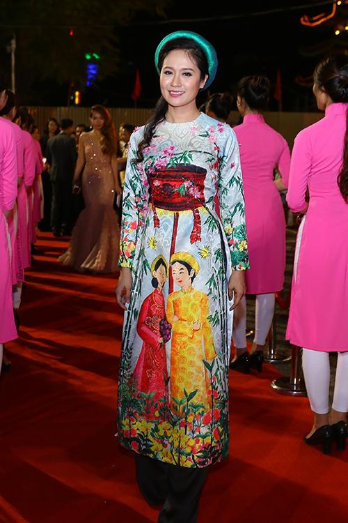 dan-sao-long-lay-tren-tham-do-lien-hoan-phim-5