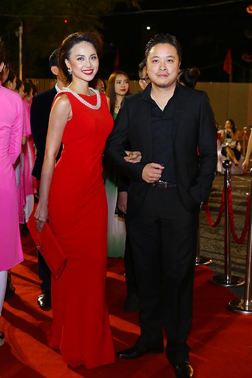 dan-sao-long-lay-tren-tham-do-lien-hoan-phim-8