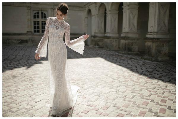 Điểm nhấn của các mẫu váy là những họa tiết hoa văn đan lưới phủ suốt chiều dài thân.