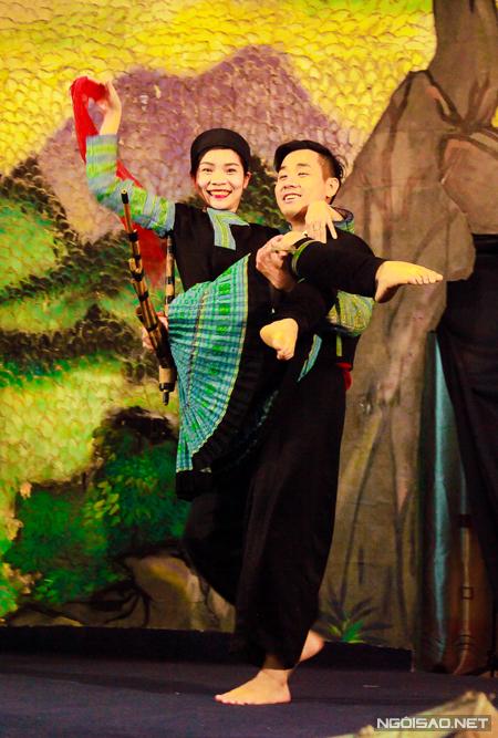 Hoá thân thành chàng trai say xỉn trong điệu múa: Cướp vợ tục lệ người Hơ Mông dưới sự hướng dẫn của các cô gái Mông xinh đẹp.
