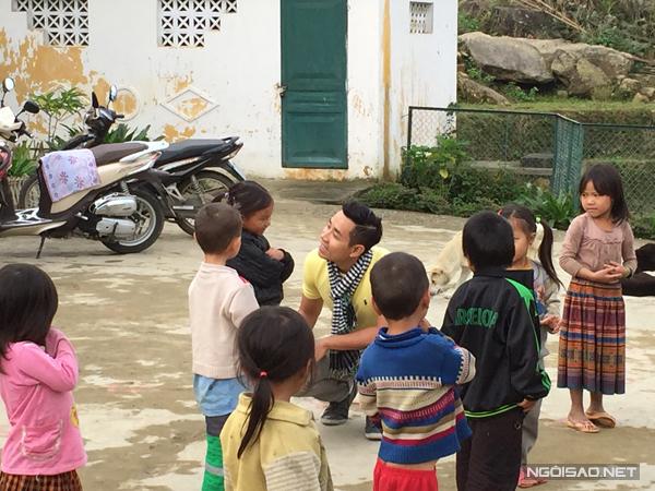 Và tất nhiên không quên thăm hỏi, trò chuyện cũng như tặng những phần quà nho nhỏ cho các em bé vùng cao.
