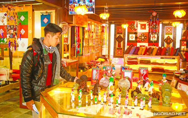 Nguyên Khang dành thời gian đến tham quan nhà trưng bày những sản phẩm của người dân tộc ở Sapa.