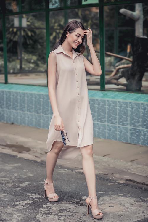 Váy cổ sơ mi trên chất liệu lụa mềm mại được thể hiện bằng nhiều phom dáng dễ ứng dụng và giúp người mặc có được nét thanh thoát, nhẹ nhàng.