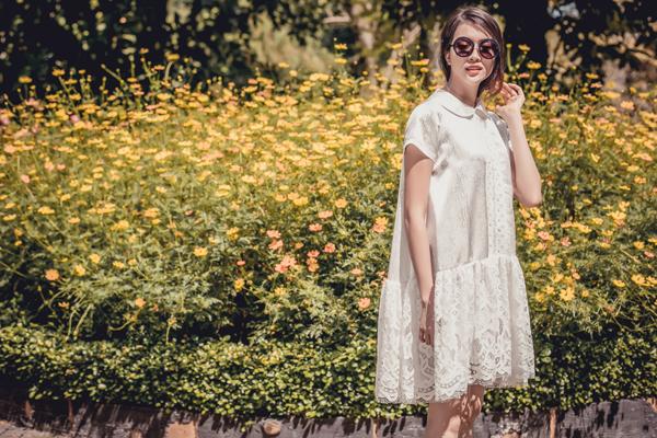 Lệ Hằng với hình ảnh tươi trẻ tựa cô gái đôi mươi khi xuất hiện trong bộ ảnh giới thiệu những mẫu thiết kế mới nhất của Adrian Anh Tuấn.