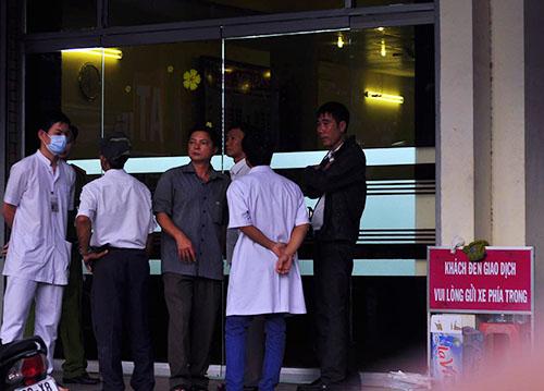 Cảnh sát cùng nhân viên y tế trước cửa ngân hàng. Ảnh: Thái Hà