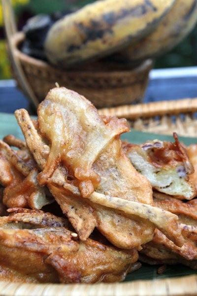 Vỏ bánh bên ngoài giòn rụm, bên trong là chuối thơm và khoai môn bùi bùi, thỉnh thoảng ăn lẫn vài hạt vừng và dừa.