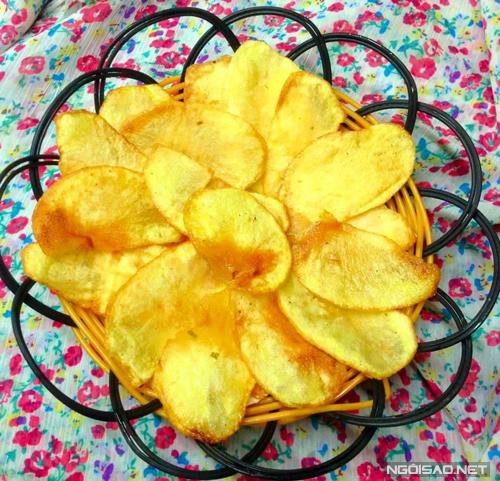 Hãy tự làm những mẻ bim bim khoai tây cho các bé nhà bạn, vừa rẻ, vừa yên tâm lại giòn tan ngon miễn chê.