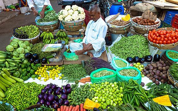 Khu chợ với những loại rau củ xanh tươi.