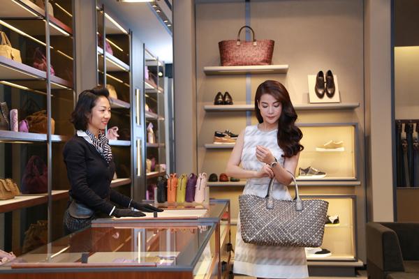 Creative Director: Nguyễn Hoàng Anh, makeup and hair: Hà Tuấn Đạt, phụ kiện: Bottega Veneta, trang phục: Hugo Boss Women.