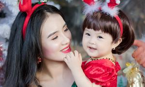 Em gái Công Vinh khoe 'công chúa nhỏ' một tuổi dịp Noel