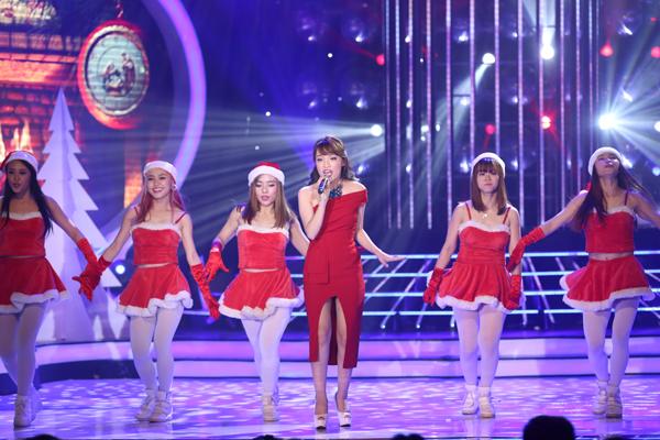 Ca sĩ Nhật Thủy làm khách mời trong đêm chung kết với ca khúc'Santa Claus Is Coming To Town'.