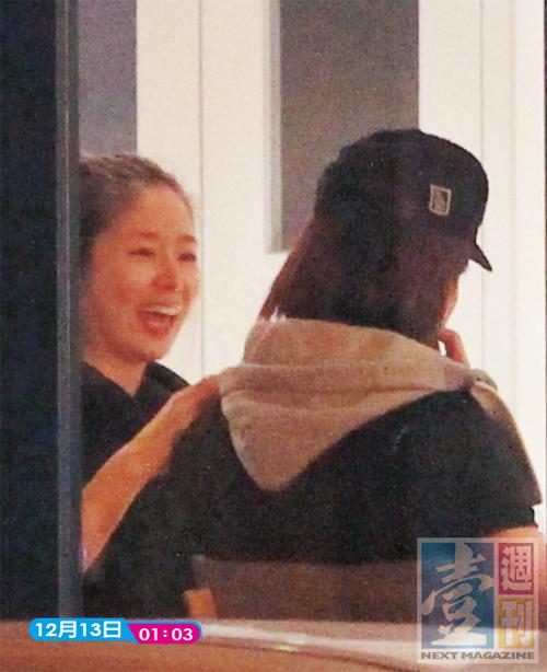 Paparazzi của tờ Next ghi lại một số hình ảnh Lâm Tâm Như, Ngôn Thừa Húc cùng bạn bè ăn khuya