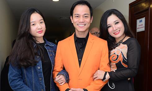 Con gái Thanh Thanh Hiền đến ủng hộ mẹ và bố dượng