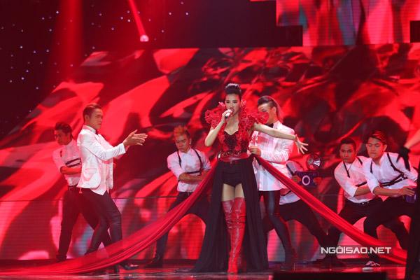 Team Maya tái hiện hình ảnh của cô trong phim 'Scandal' khi hát 'Xin đừng quay bước'.