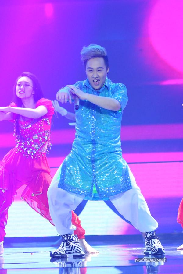 Team Trung Quân mang đến liên khúc hai hit của anh là 'Dấu mưa - Trót yêu'. Nam ca sĩ khiến giám khảo và khán giả bất ngờ khi khoe vũ đạo.